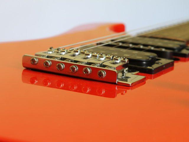 Interview sur le changement des cordes d'une guitare
